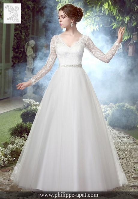 Cette robe de mariée en dentelle et tulle classique dispose d'un ...