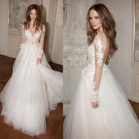 ... de Pronuptia est pour sa part une robe de style Princesse. Ses manches